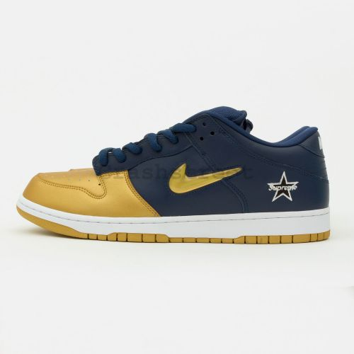 Nike SB Dunk Low in Navy